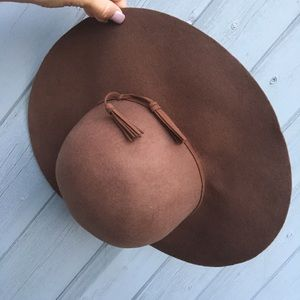 100% wool floppy brimmed hat. Perfect for fall!